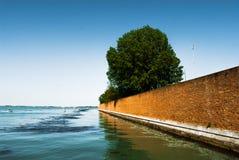 在海的砖墙 免版税库存照片
