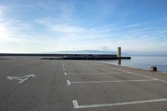 在海的空的停车场 库存图片