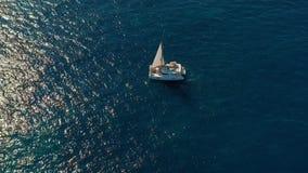 在海的筏航行 筏航行的空中射击在风的 股票录像