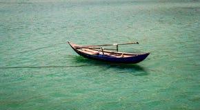 在海的简单的竹小船 免版税库存图片