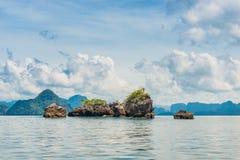 在海的美丽的云彩有岩石的在泰国 免版税库存照片