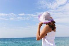 在海的美丽的女孩 免版税库存照片