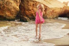 在海的美丽的金发碧眼的女人 库存图片