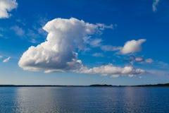 在海的美好的云彩形成 库存图片