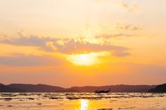 在海的美好的夏天日落有光束的通过云彩土佬 图库摄影