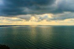 在海的美好的日出早晨在多云天那 免版税库存照片