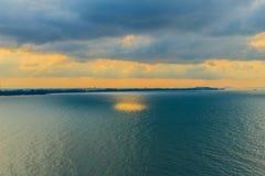 在海的美好的日出早晨在多云天那 库存图片
