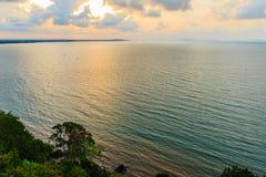 在海的美好的日出早晨在多云天那 图库摄影