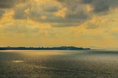 在海的美好的日出早晨在多云天那 免版税库存图片