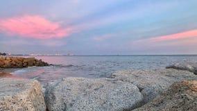 在海的美好的日落在晚上 墙纸 免版税库存图片