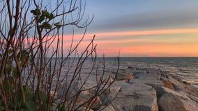 在海的美好的日落在晚上 免版税图库摄影