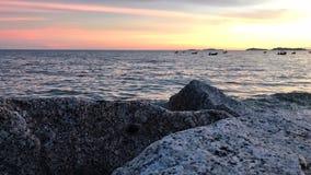 在海的美好的日落在晚上 免版税库存照片