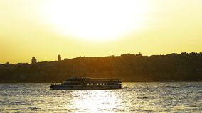 在海的美好的金黄日落有波浪的 影视素材