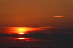 在海的美妙的日出有大五颜六色的太阳和reflecti的 免版税库存图片