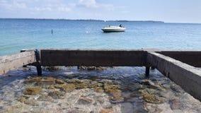 在海的老小船 免版税库存照片