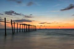 在海的老木桥梁 图库摄影