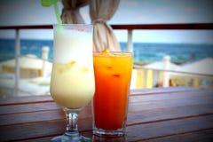 在海的背景的两个鸡尾酒 免版税图库摄影