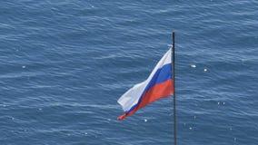 在海的背景的俄国旗子 股票视频