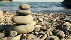 在海的背景的平衡的温泉石头 影视素材