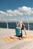 在海的背景的瑜伽 免版税库存图片