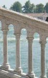 在海的背景的白色专栏 威尼斯 免版税库存图片