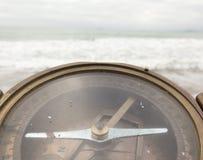 在海的背景的老指南针 免版税库存照片