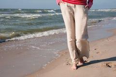 在海的背景的脚 库存图片