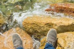 在海的背景的腿 图库摄影