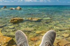 在海的背景的腿 免版税图库摄影