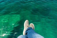 在海的背景的腿 免版税库存图片