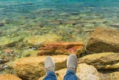 在海的背景的腿 库存图片