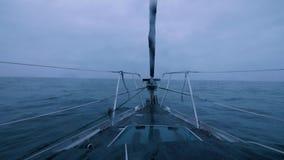 在海的船航行在从弓的多云天际背景视图挥动 影视素材