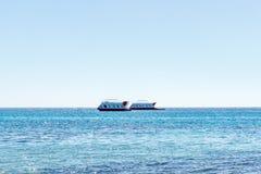 在海的船风帆 游船 以美丽的天空为背景的海船 库存图片
