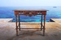 在海的葡萄酒书桌 免版税图库摄影
