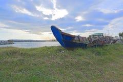 在海的蓝色小船 免版税图库摄影