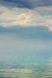 在海的被反映的表面的阴沉的天空 免版税库存图片