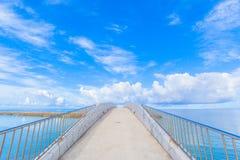 在海的被成拱形的桥梁 免版税库存图片