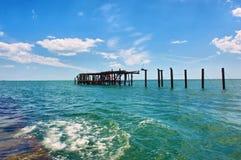 在海的木废墟 库存照片