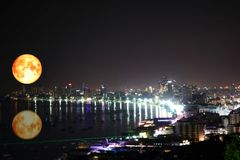 在海的超级纯种月亮反射五颜六色迷离夜l 免版税库存图片