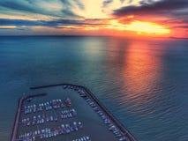 在海的运输yatch俱乐部有反射日落天空的 免版税库存照片
