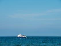 在海的连续小船 库存照片