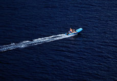 在海的速度小船 库存图片