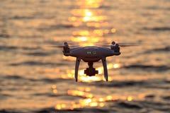 在海的遥控寄生虫飞行闪闪发光阳光 库存图片