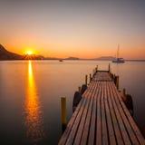 在海的金黄日出 库存照片