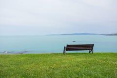 在海的长凳 库存照片