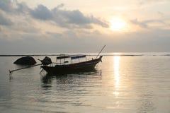 在海的长尾巴小船。 库存图片