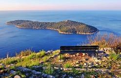 在海的长木凳,地中海海岸线 免版税库存照片