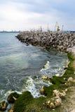 在海的防堤 库存照片
