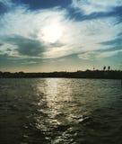 在海的阳光有多云天空的 图库摄影