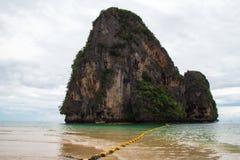 在海的风景看法和从Phra Nang的一个岩石靠岸 库存图片